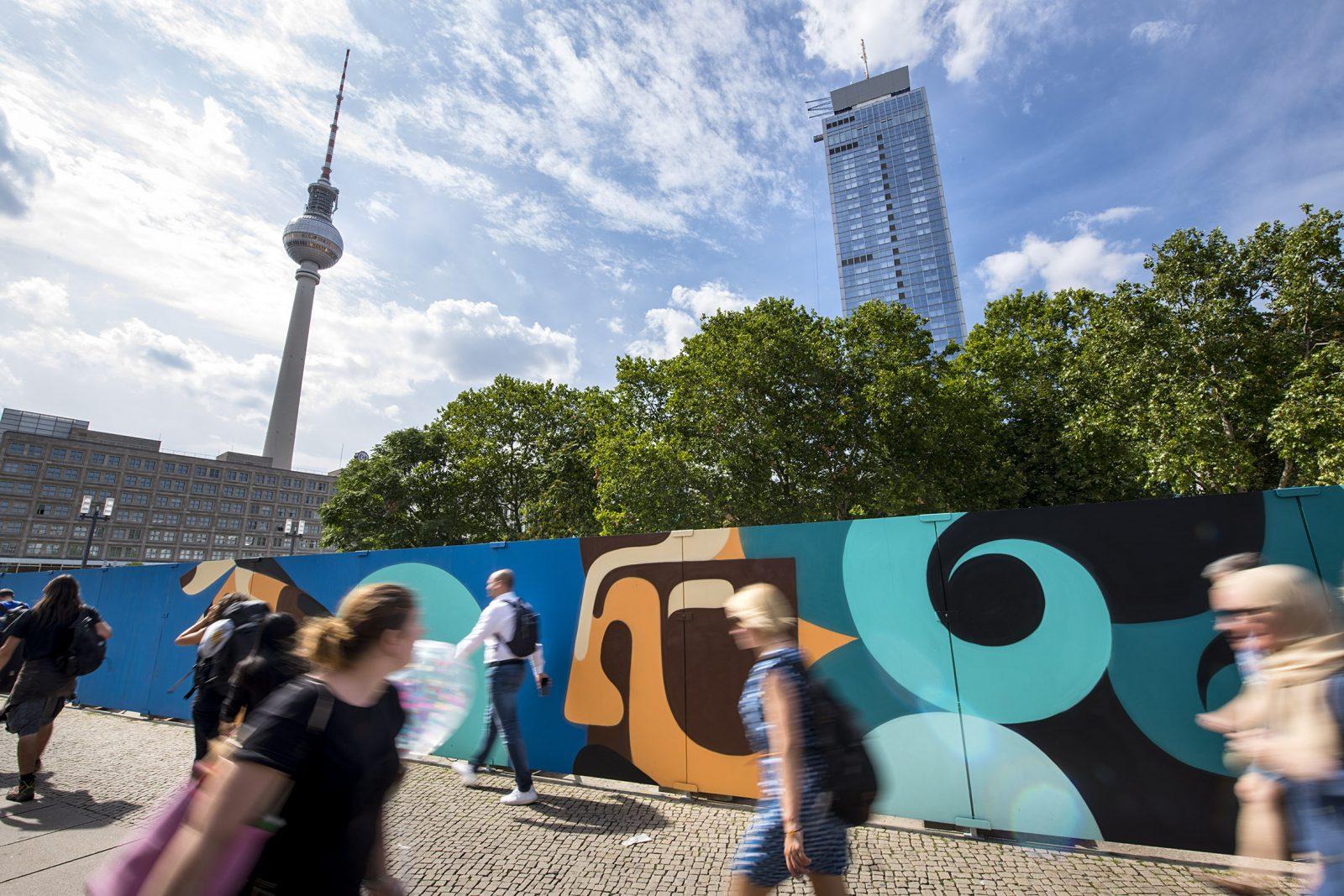 """Kunstprojekt  """"A- FENCE"""" auf dem Grundstück für das Hochhausprojekt am Alexanderplatz"""